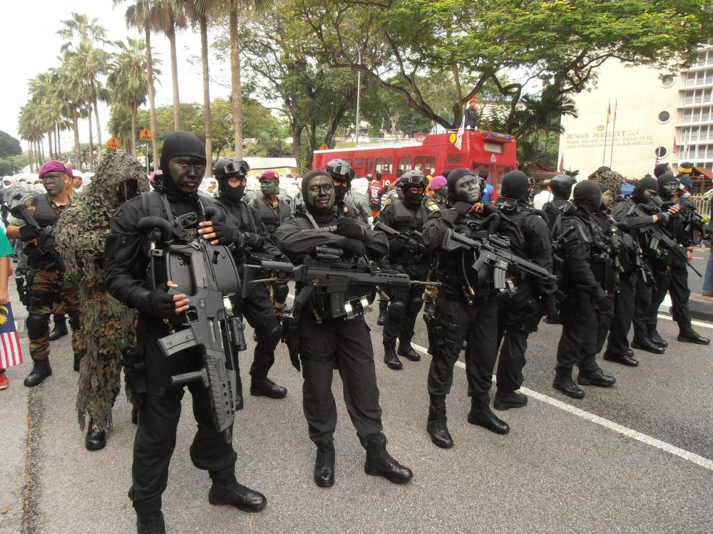 Navy_PASKAL_opearators_on_standby_during_57th_NDP.JPG