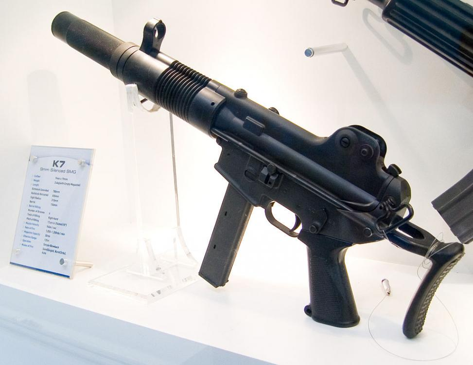 1024px-Daewoo_K7_SMG_at_Defense_Asia_2006_0.thumb.jpg.0830feb59c88106a79a511ab6e9bf3a2.jpg